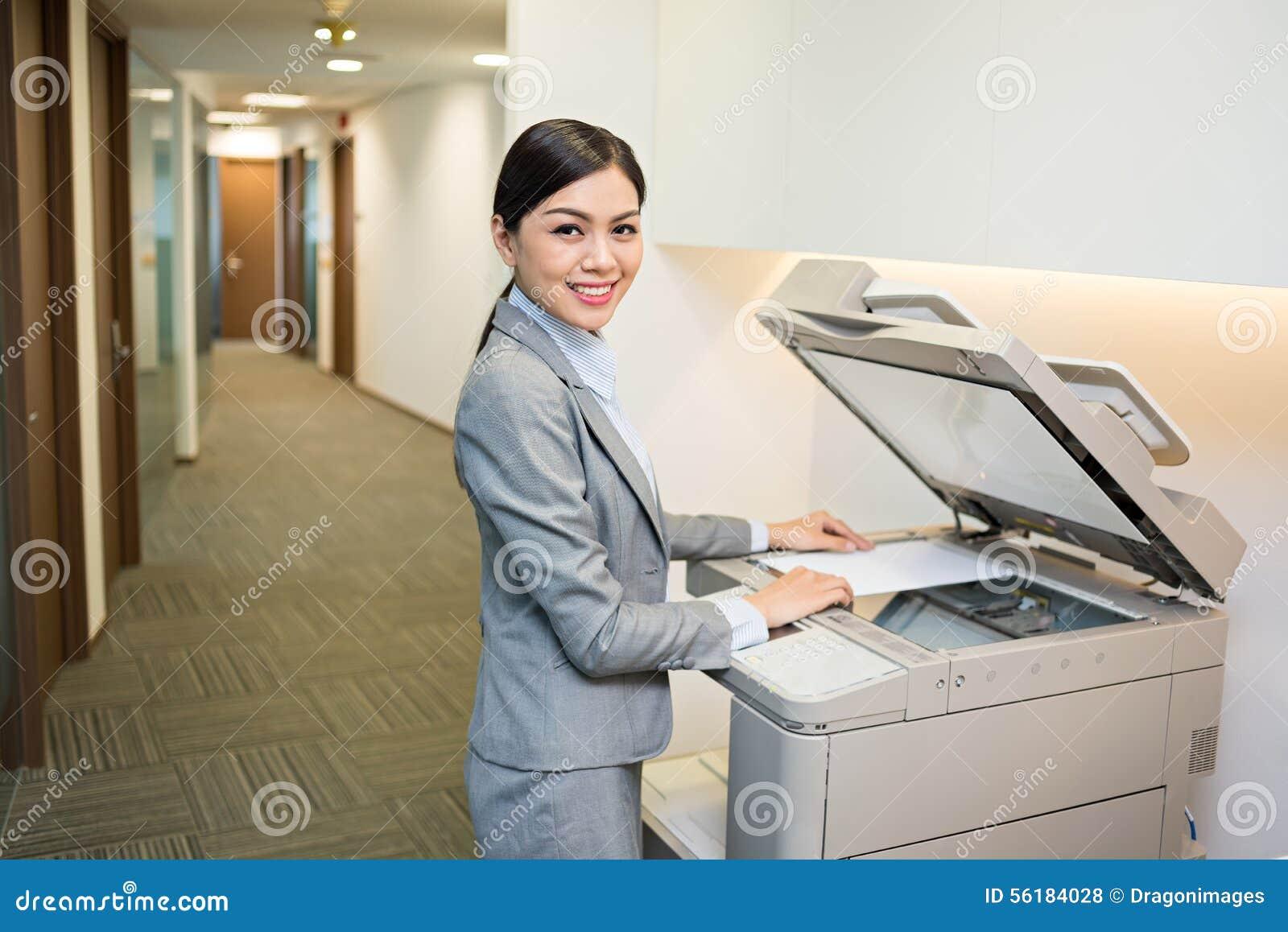 Utilisant la machine de copie