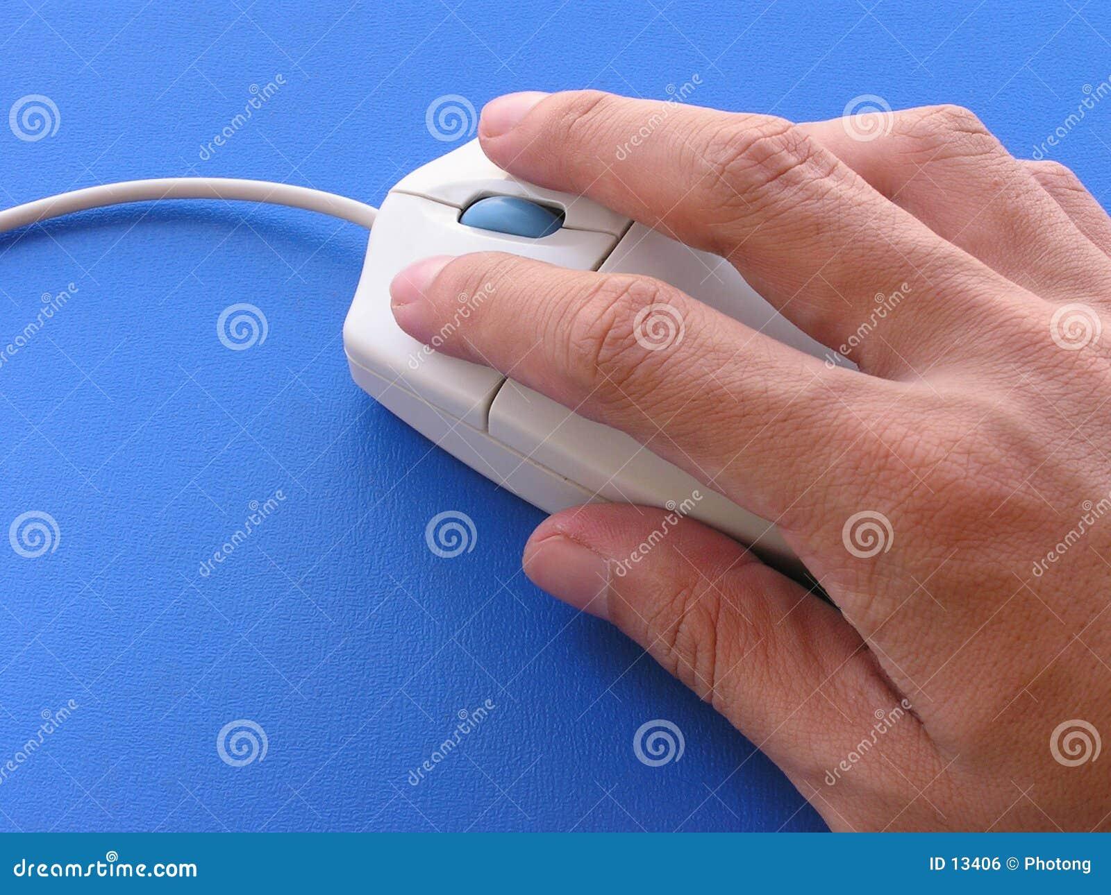 Utilisant la souris