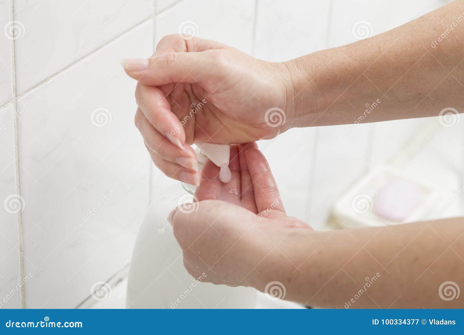 Utilisant le savon liquide