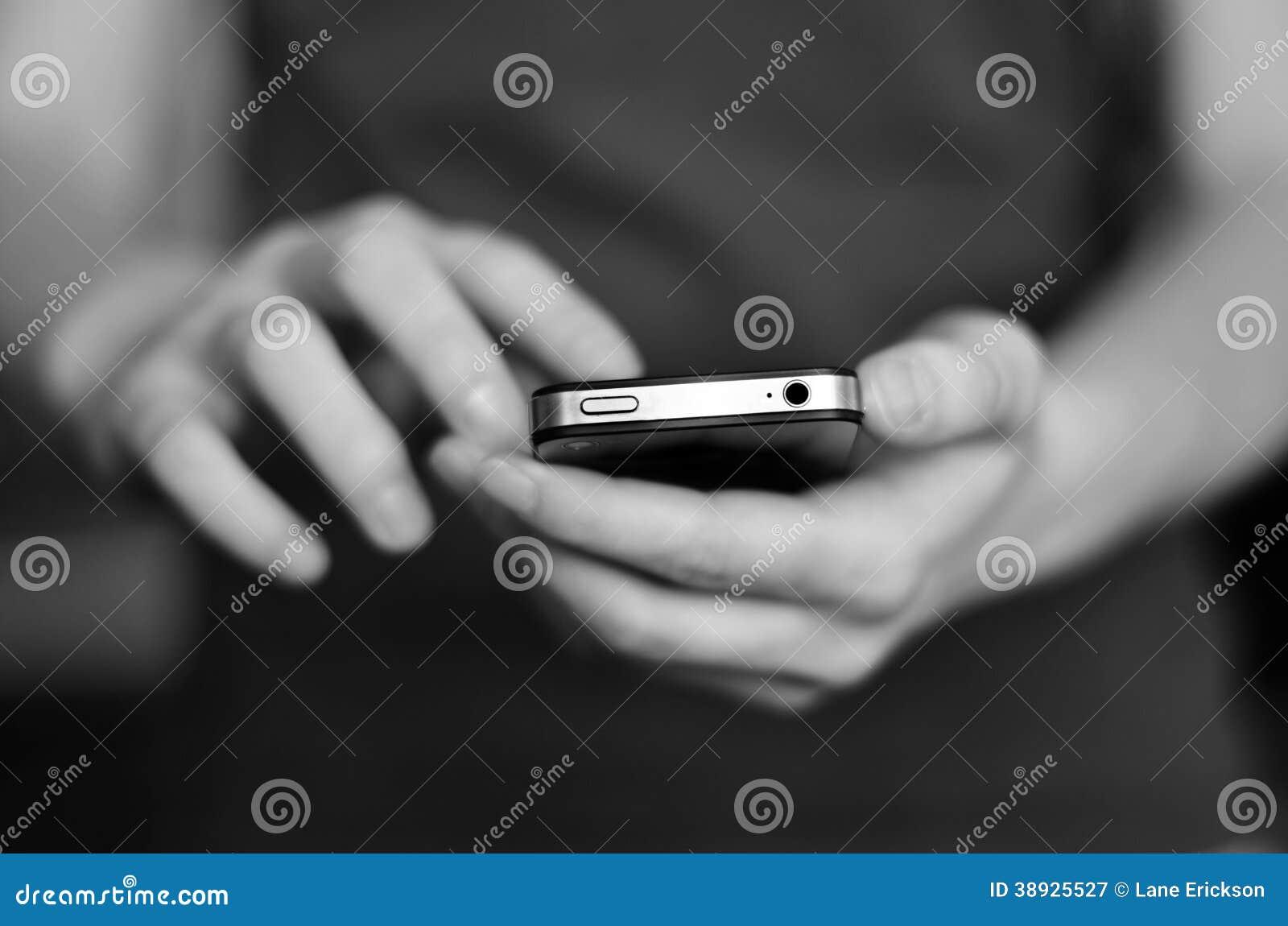 Utilisant le téléphone intelligent pour communiquer le texte