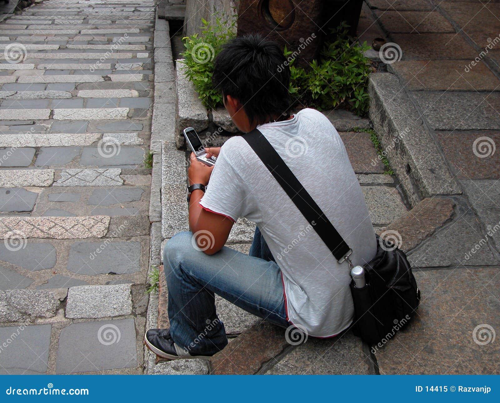 Utilisant un handyphone