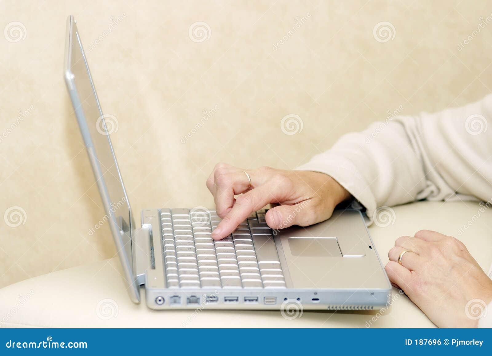 Utilisant un ordinateur portatif