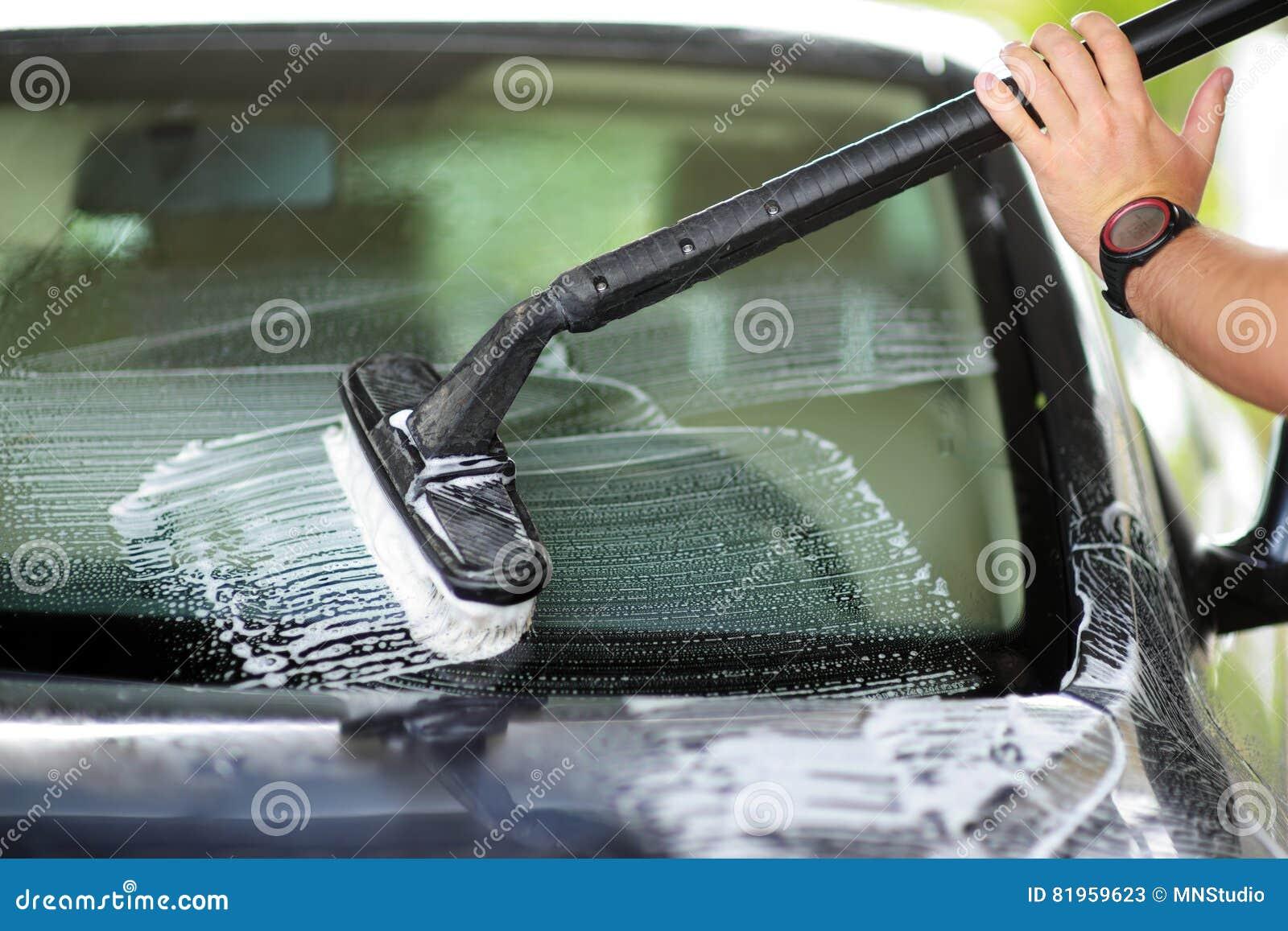 utilisant une brosse pour laver une voiture sur une installation de lavage de voiture image. Black Bedroom Furniture Sets. Home Design Ideas