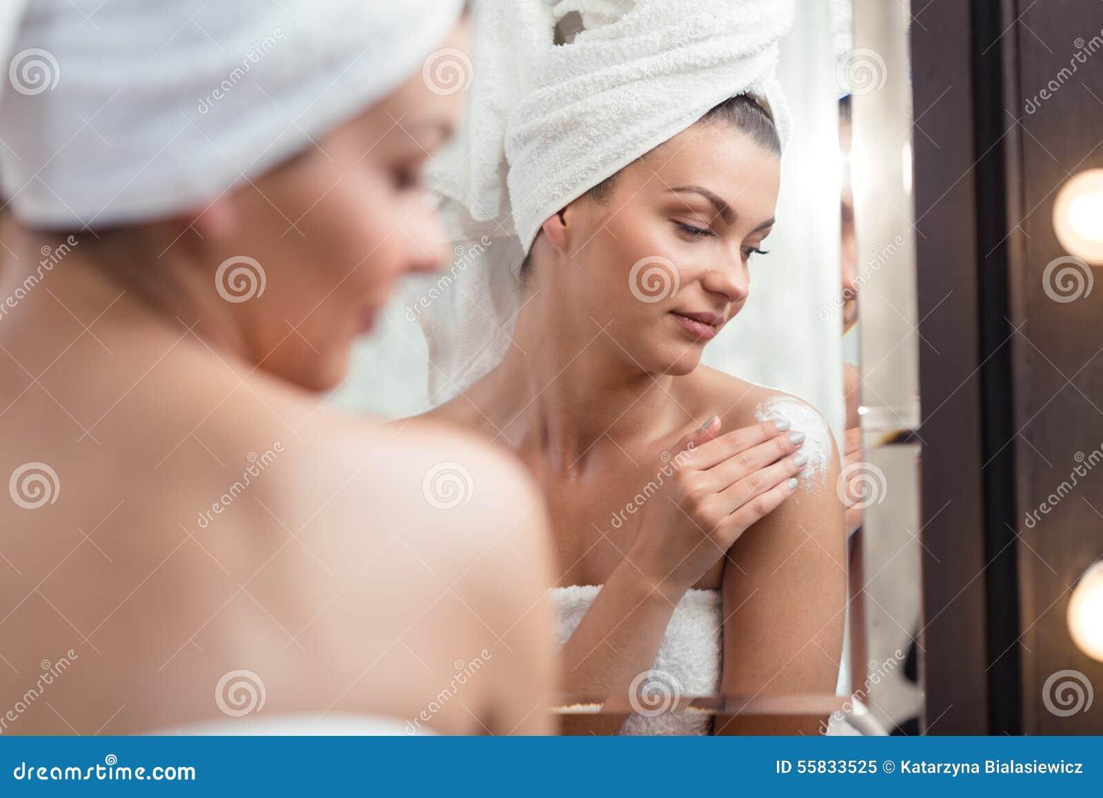 Utilisant une lotion de corps