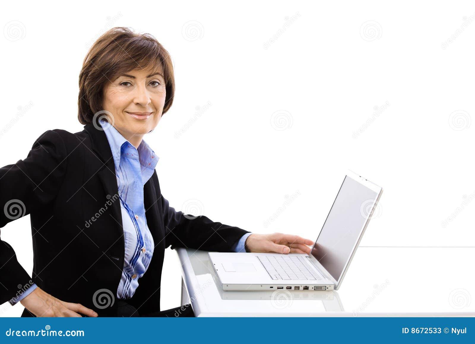 Utilisation d aîné d ordinateur portatif d ordinateur de femme d affaires