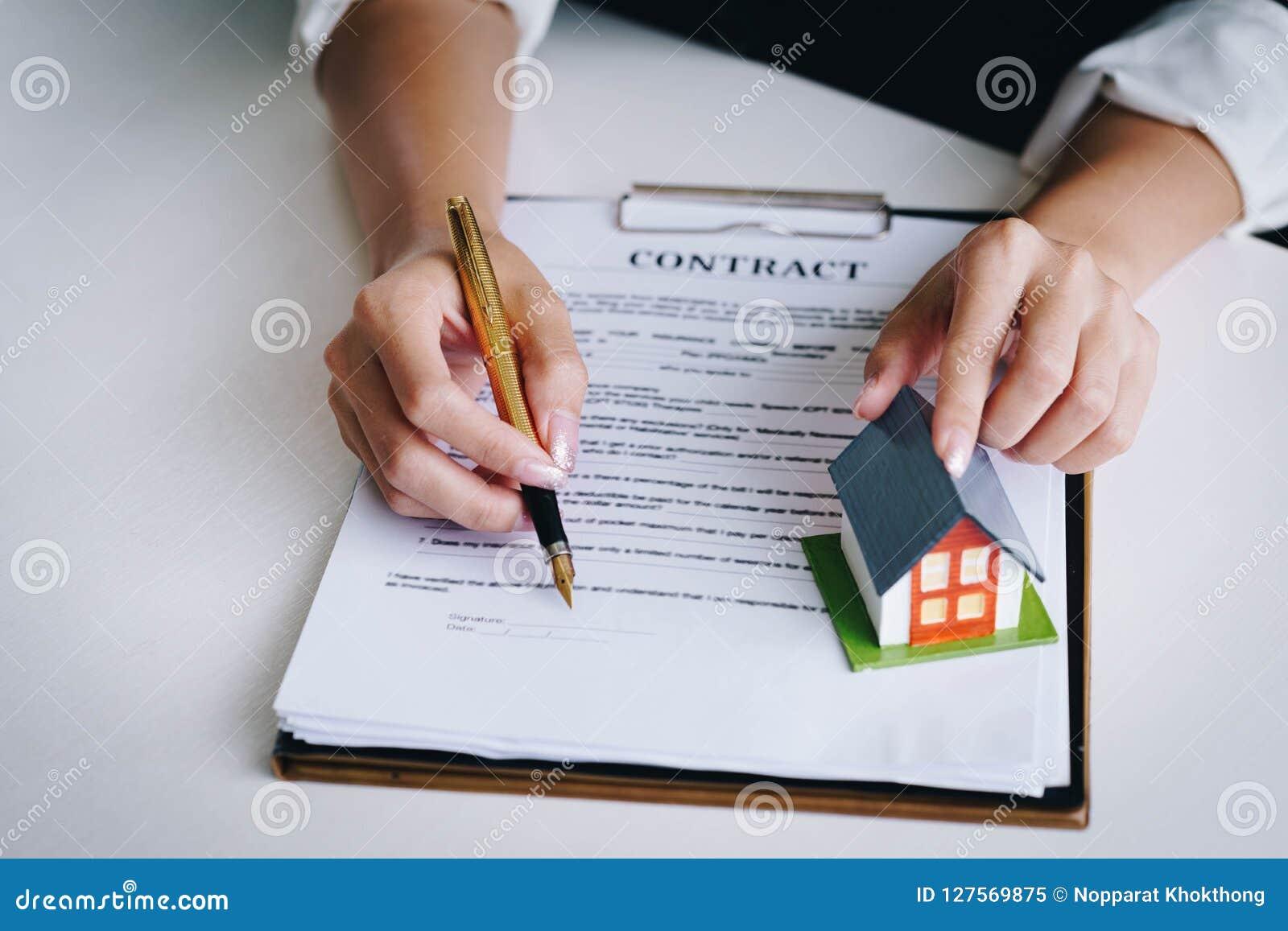 Utilisation d agent immobilier le stylo indiquant sur l apparence de document où s