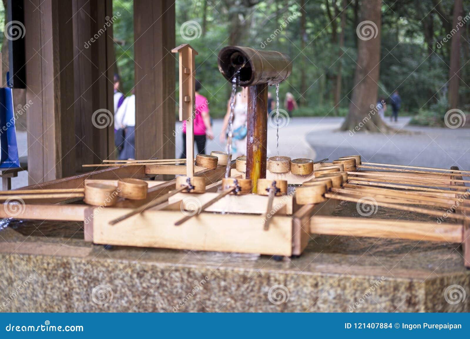 Utilisation en bois de Dipper d épurer le corps avant de visiter un tombeau pour adorer, cet appel dans le temizuya japonais