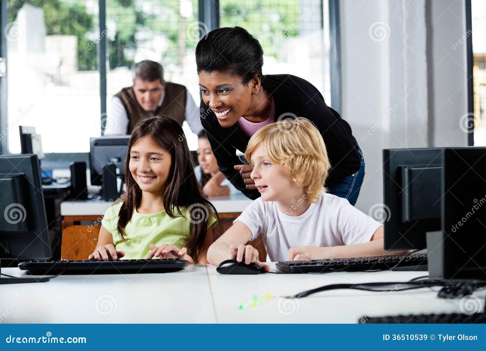 Utilisation heureuse d Assisting Schoolchildren In de professeur