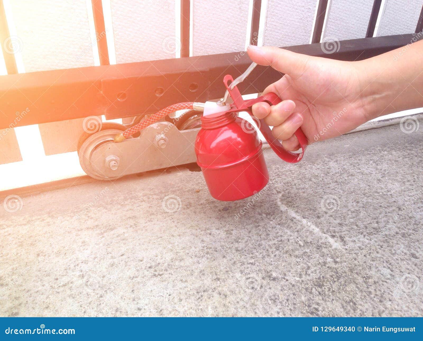 Utilisez le graisseur pour lubrifier les roues de porte