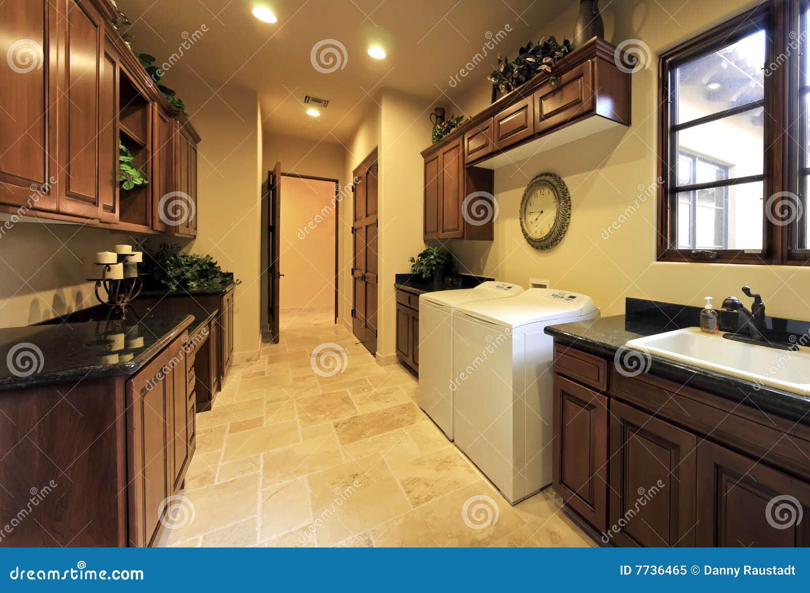 Utilitaire spacieux à la maison de pièce de blanchisserie