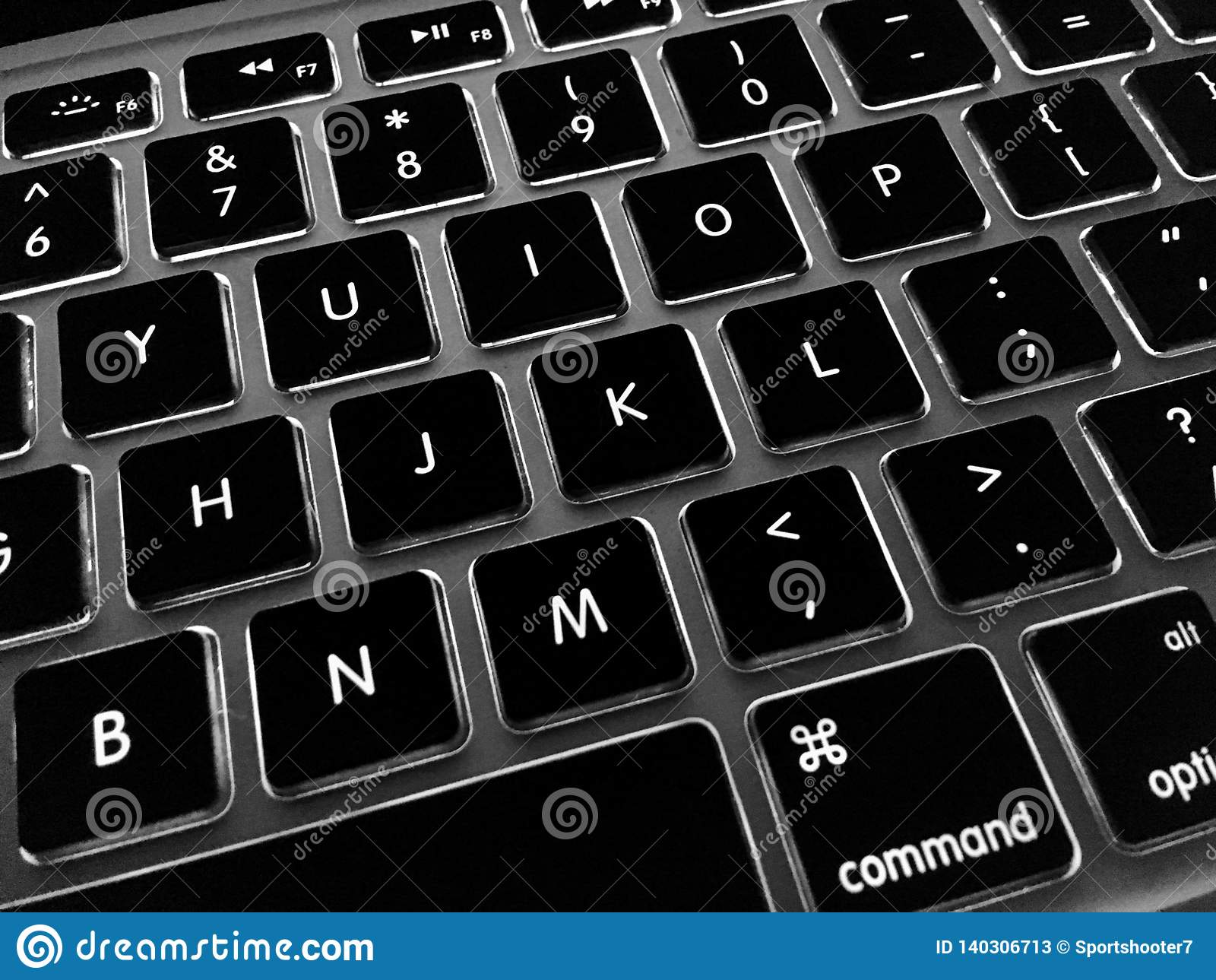 Utitlixing由后面照的钥匙的膝上型计算机键盘