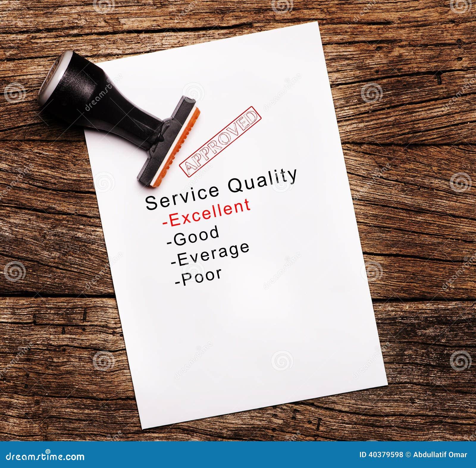 Utmärkt utvärdering av tjänste- kvalitet på papper över träbakgrund