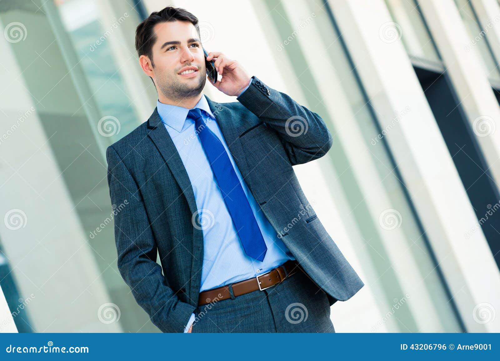 Download Utomhus- Användande Telefon För Säker Affärsman Arkivfoto - Bild av karriär, ledare: 43206796