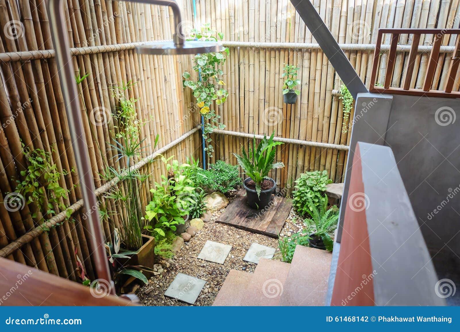 Utomhus  badrum med växten och trä arkivfoto   bild: 61468142