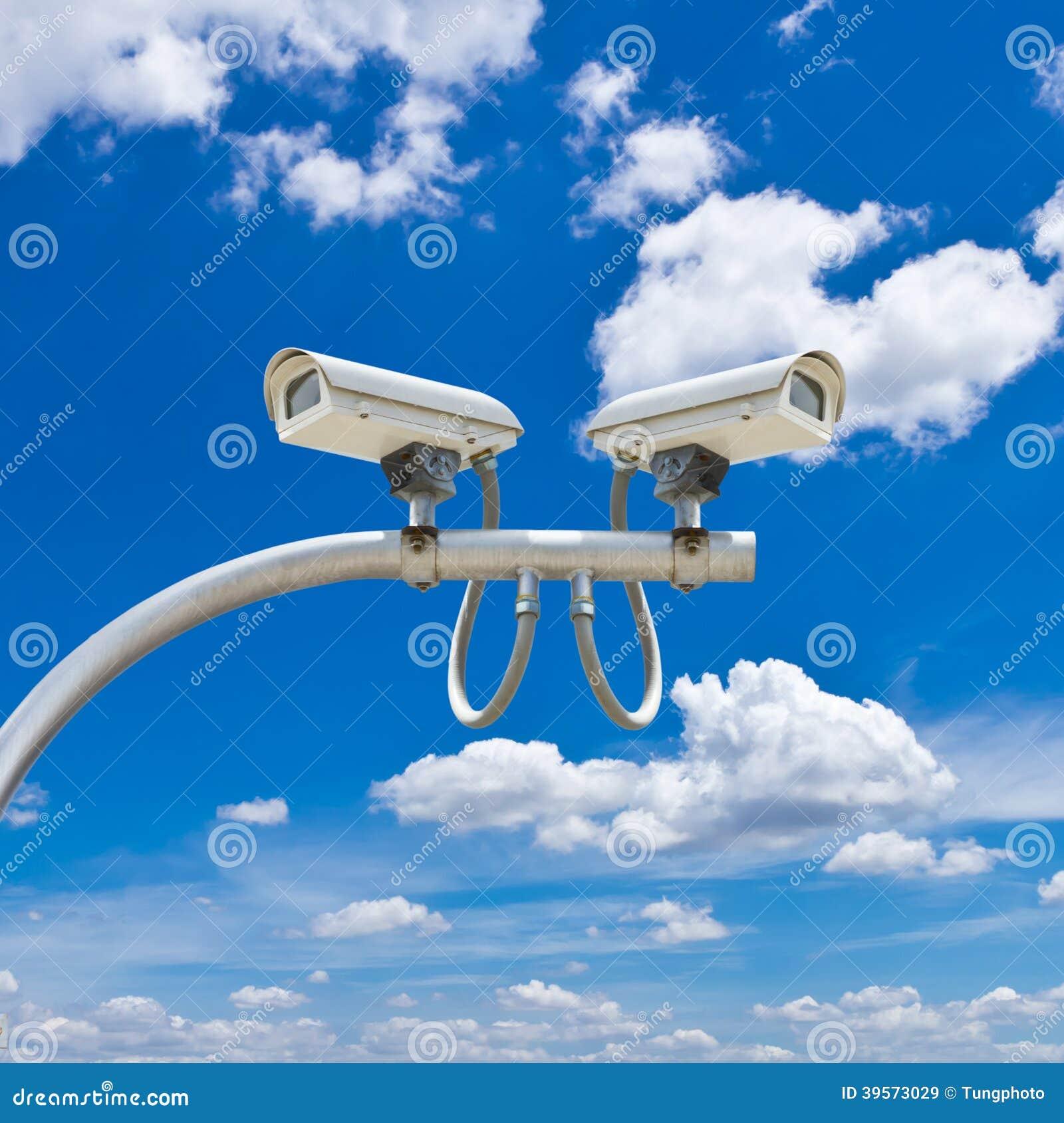 Utomhus- cctv-kamera mot blå himmel