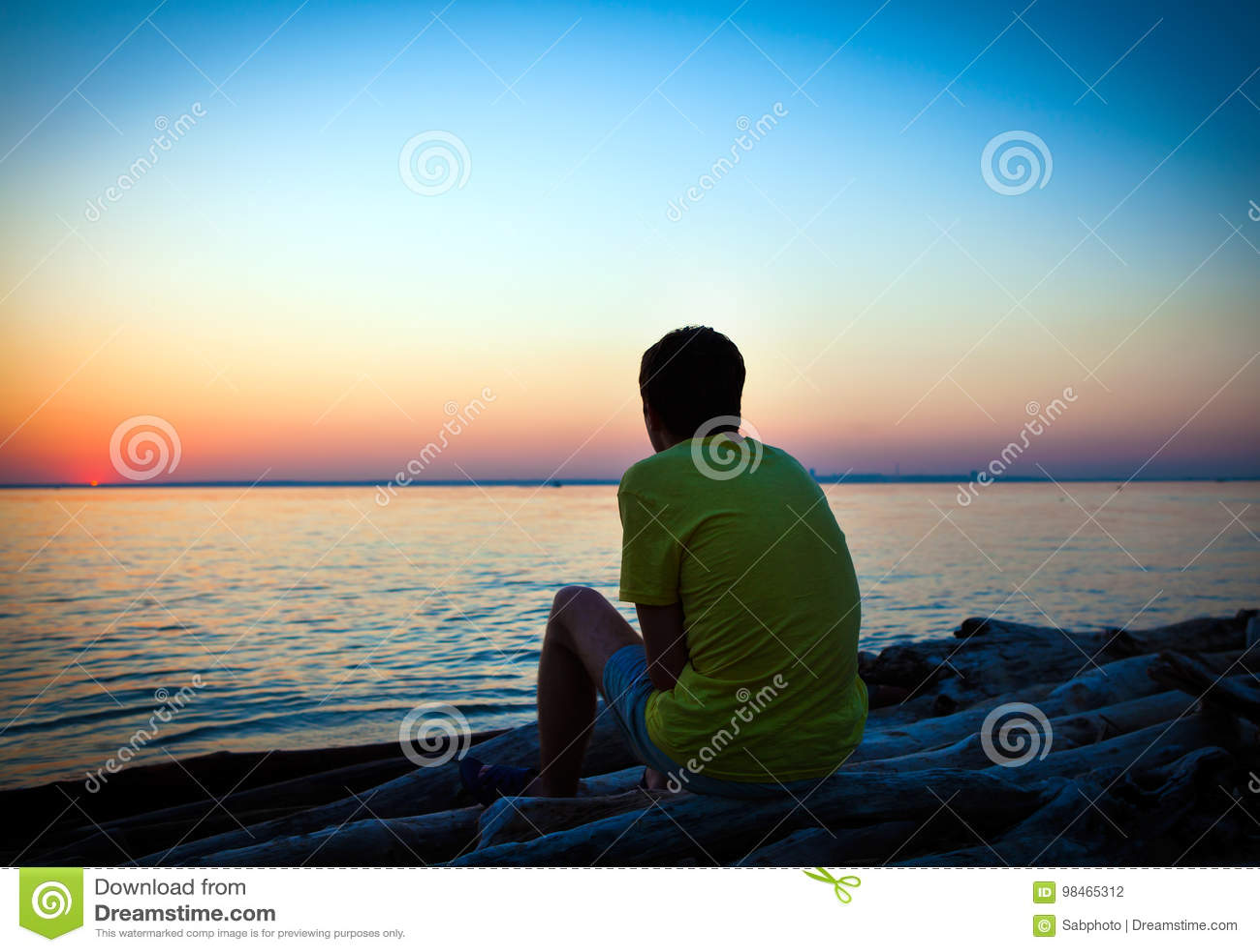 ensamma unga män