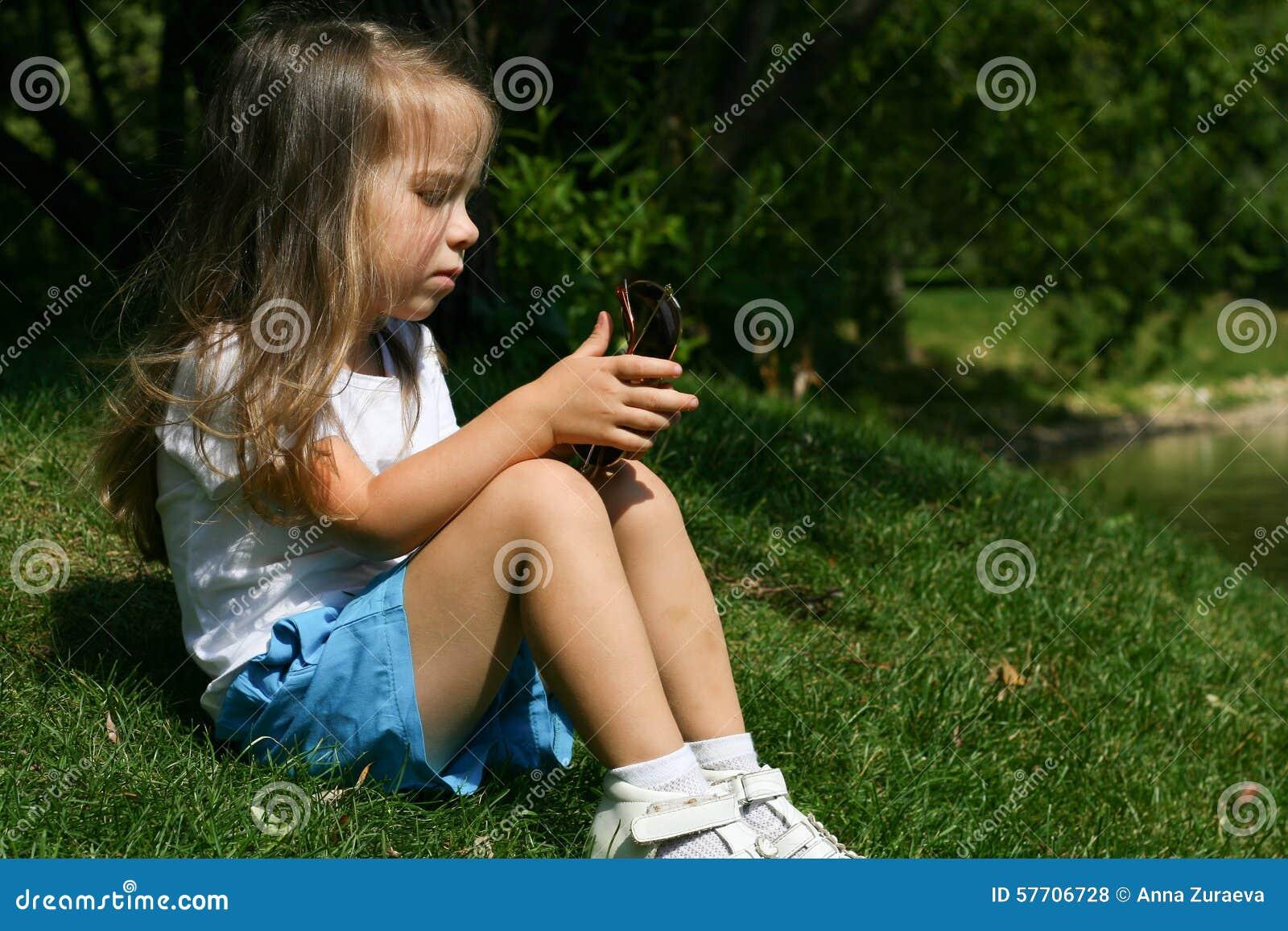 Utomhus- förtjusande liten flicka