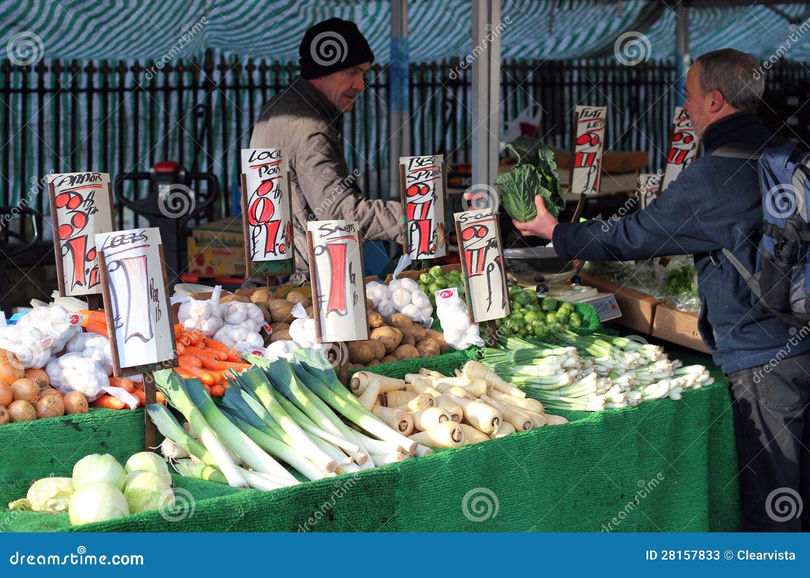 Utomhus- frukt och grönsaken marknadsför.