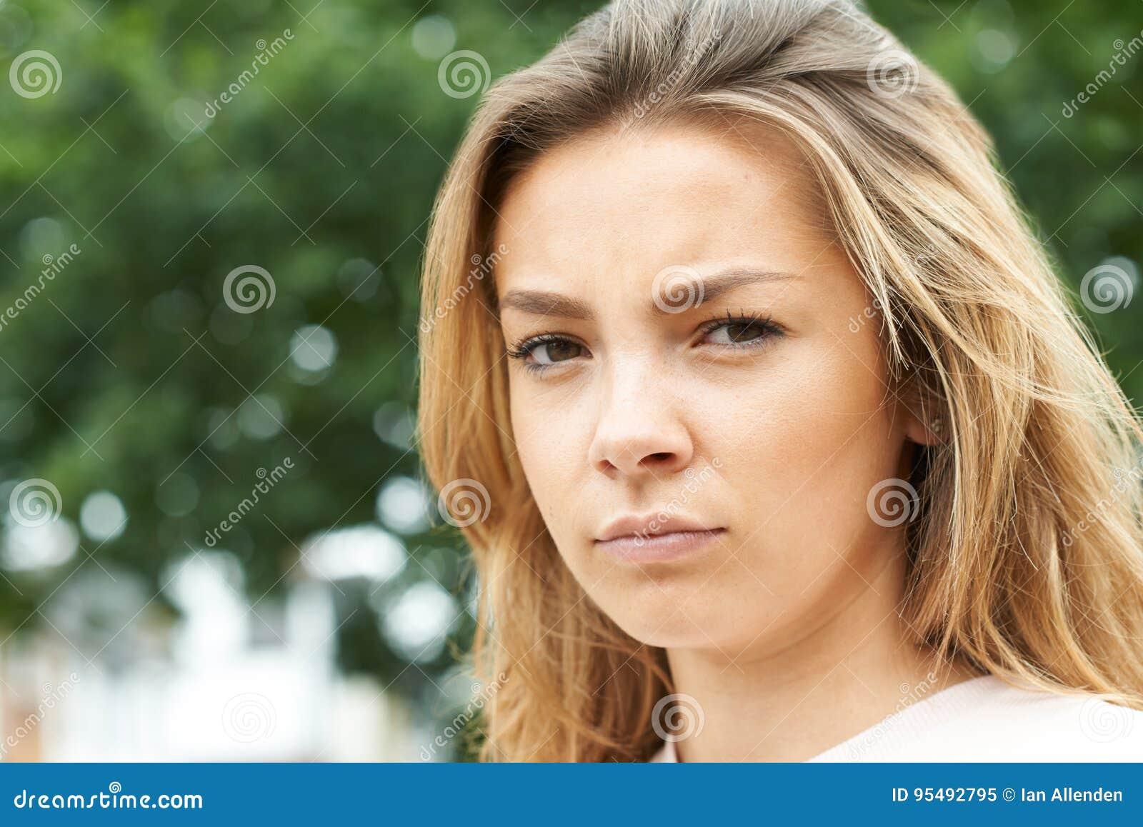 Utomhus- Head och skuldrastående av den allvarliga tonårs- flickan