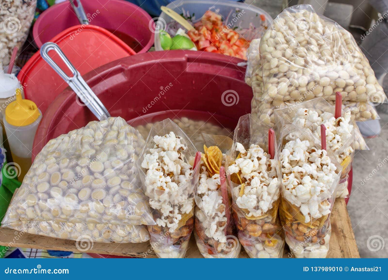 Utomhus- kök i Ecuador, nationella aptitretare av havre, grillat som kokas och popcorn