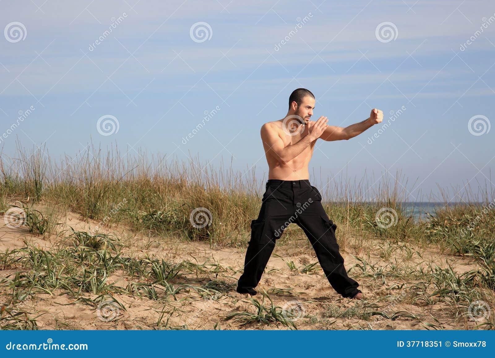 Utomhus- kampsportinstruktörövning