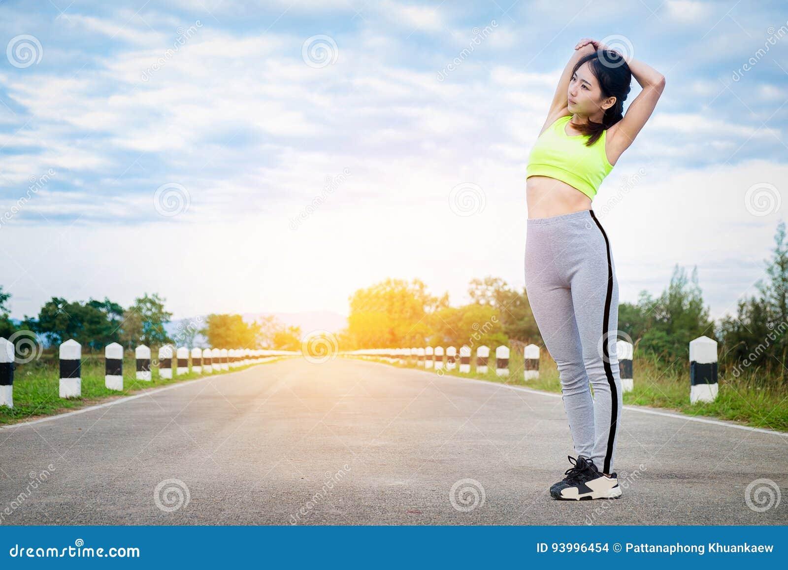 Utomhus- löpareuppvärmning för ung kvinna Sund livsstil och sport