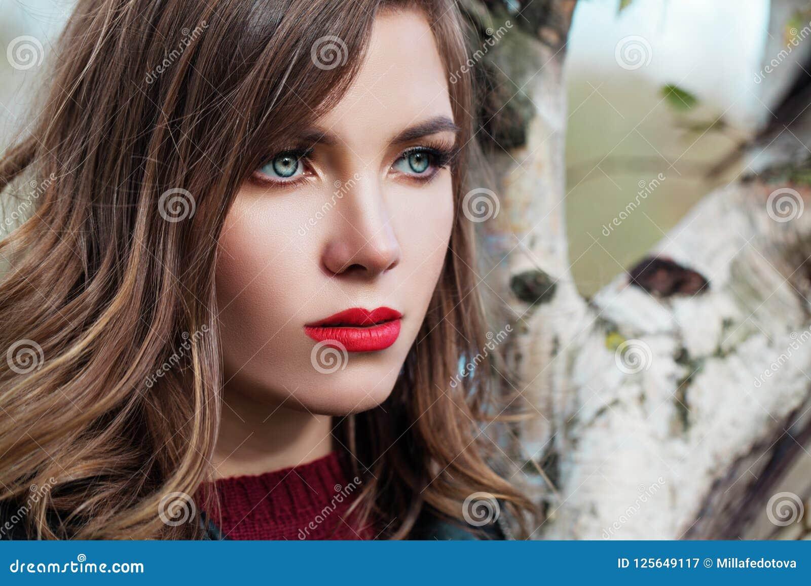 Utomhus- nätt kvinna, härlig kvinnlig framsida