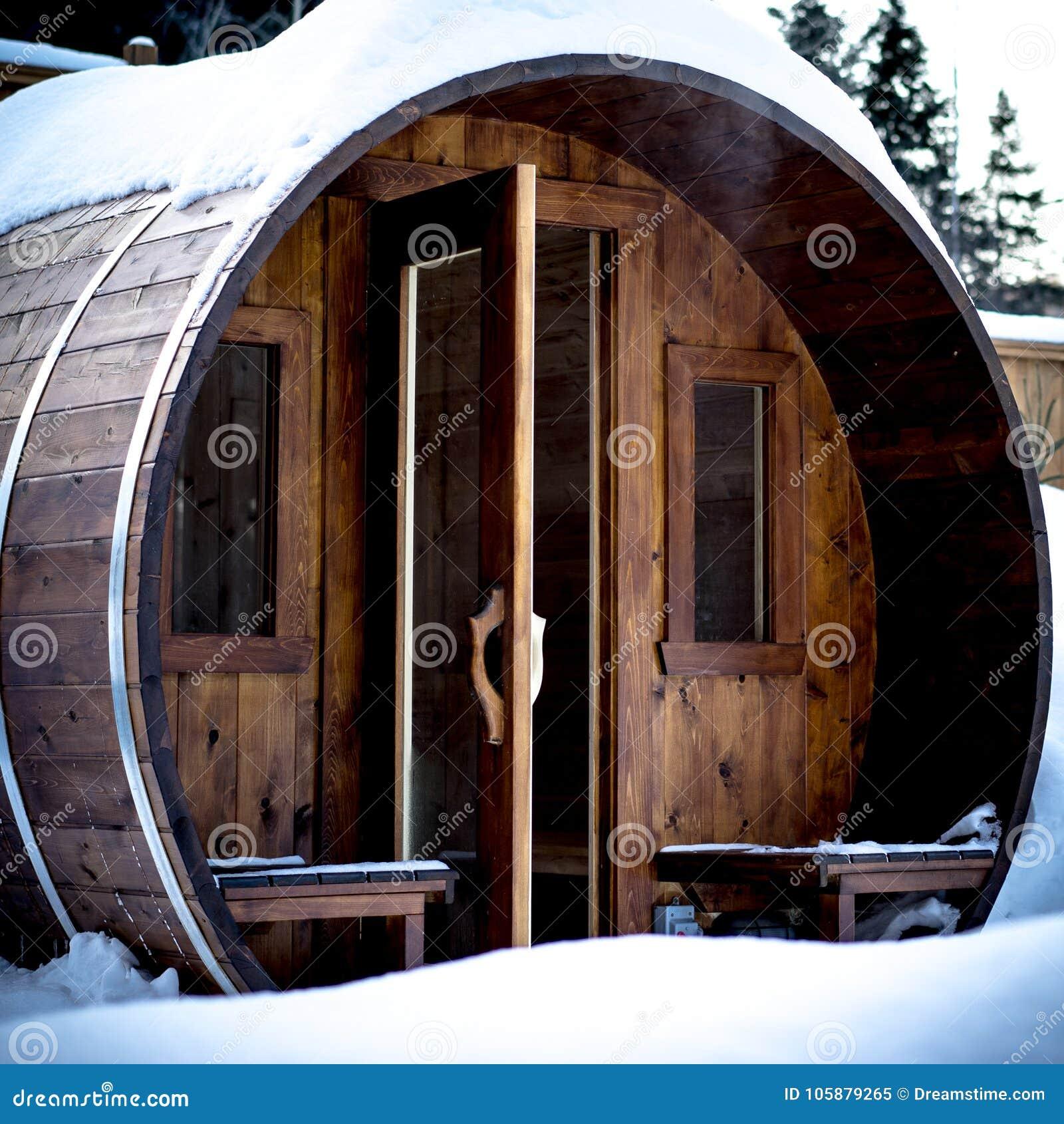 Utomhus- norsk bastu i en kall vinterdag