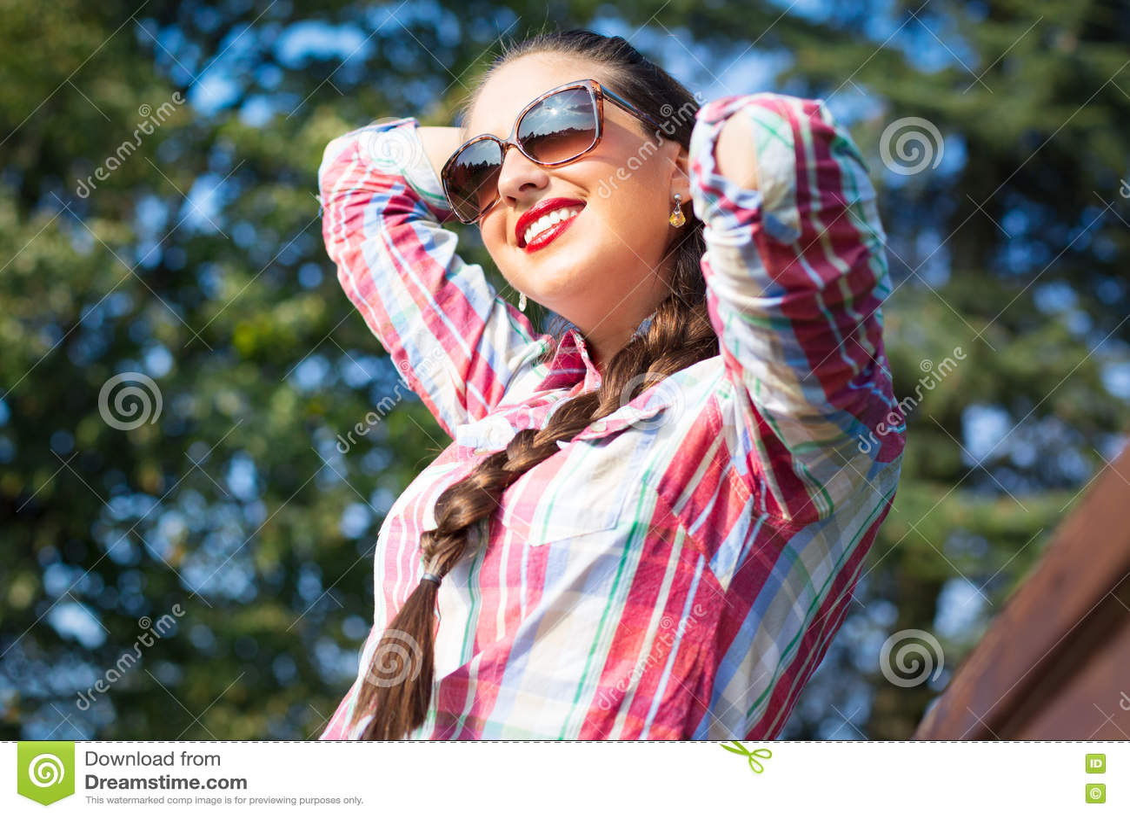 Utomhus- porttrait av den unga härliga eleganta flickan