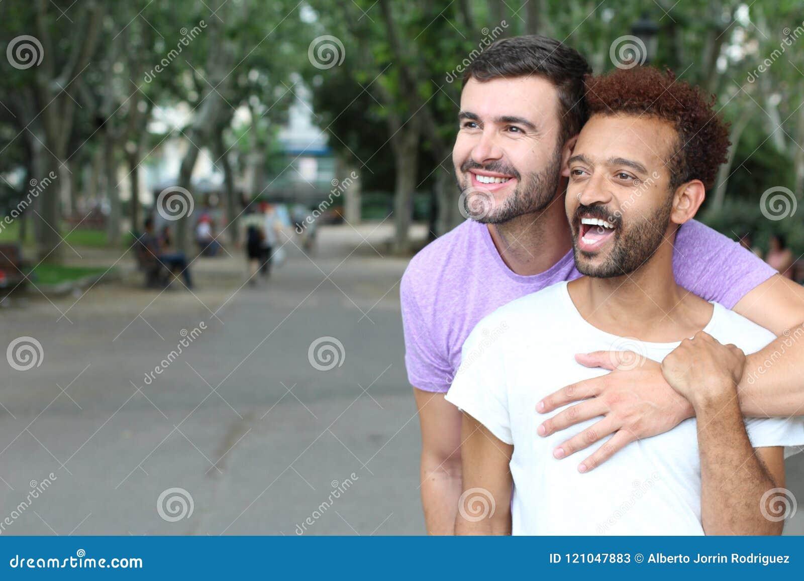 Utomhus- slut för mellan skilda raser glade par upp