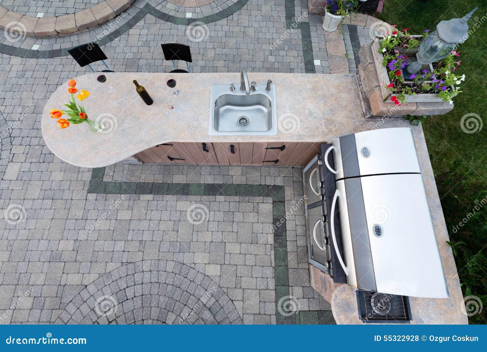 Utomhus  sommarkök med grillfesten och vasken arkivfoto   bild ...