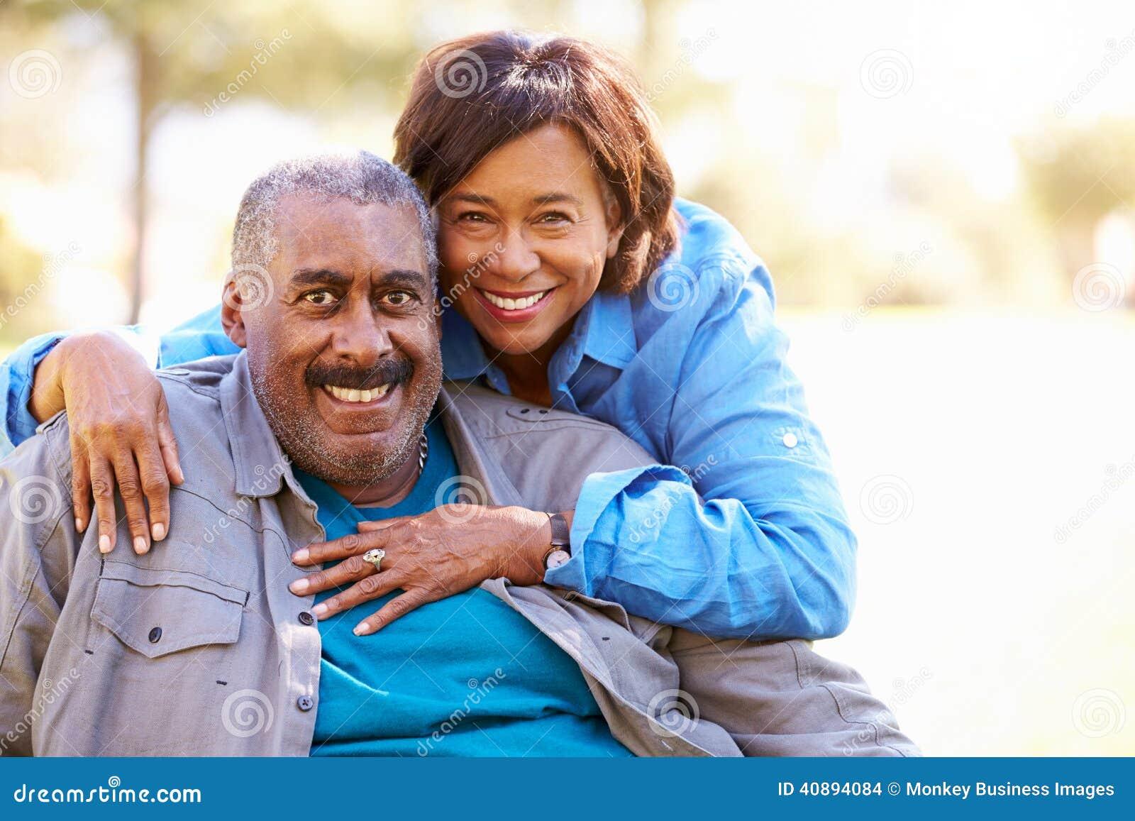 Utomhus- stående av att älska höga par