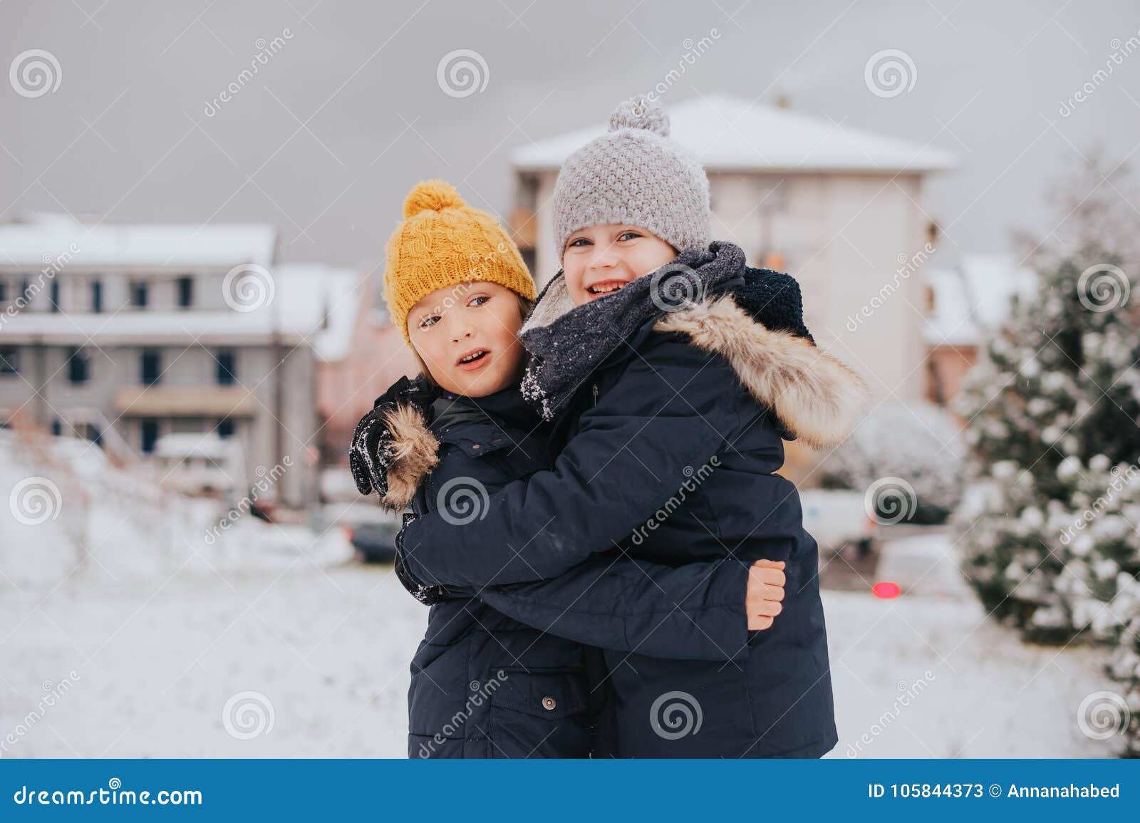 Utomhus- stående av barn 6 åriga pojkar som bär det varma omslaget