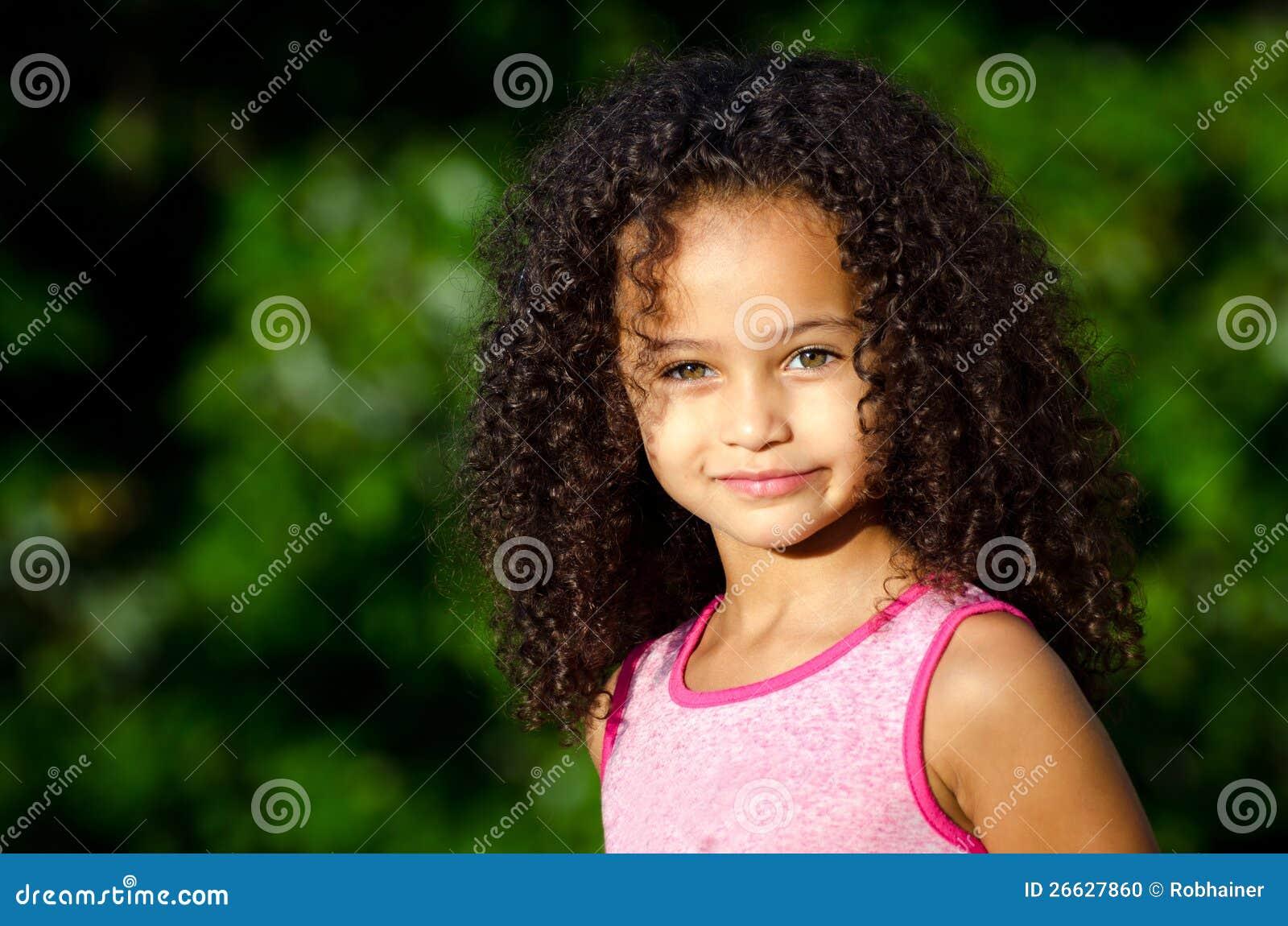 Utomhus- stående av den nätt flickan för blandad race