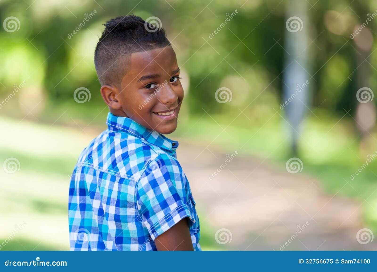 Utomhus- stående av en gullig tonårs- svart pojke - afrikanskt folk