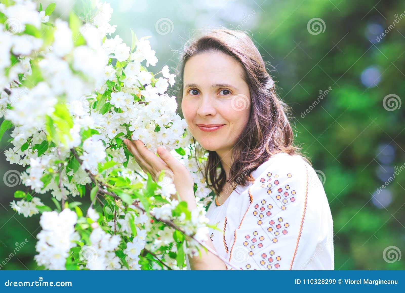 Utomhus- stående av en härlig brunettkvinna i traditionell dr