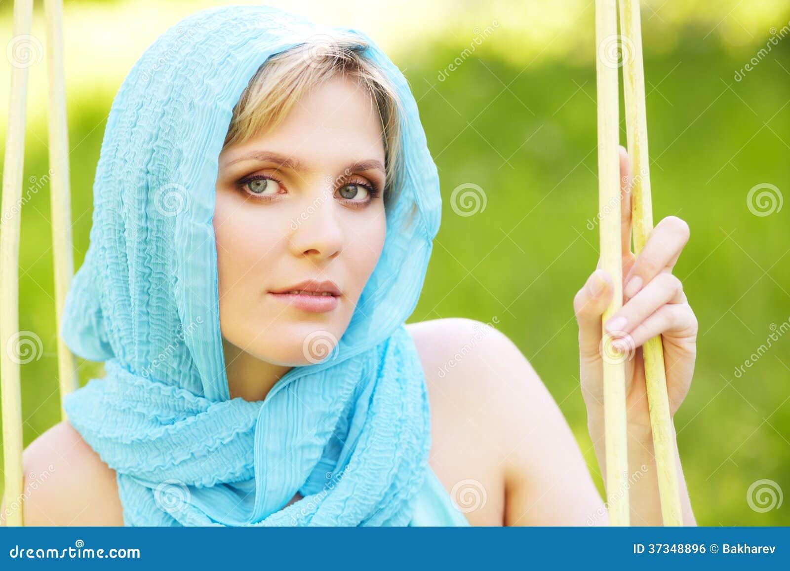 Utomhus- stående av en härlig kvinna