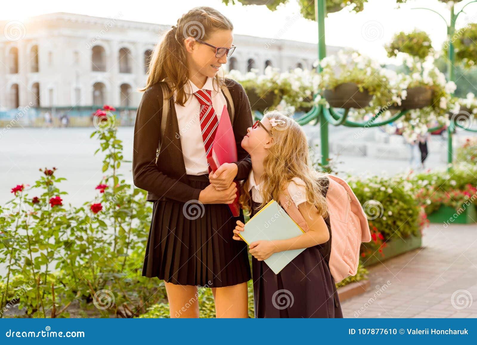 Utomhus- stående av två flickor