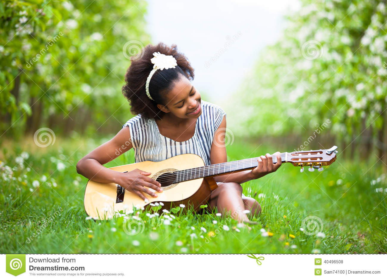 Utomhus- stående av unga härliga plommoner för en afrikansk amerikankvinna