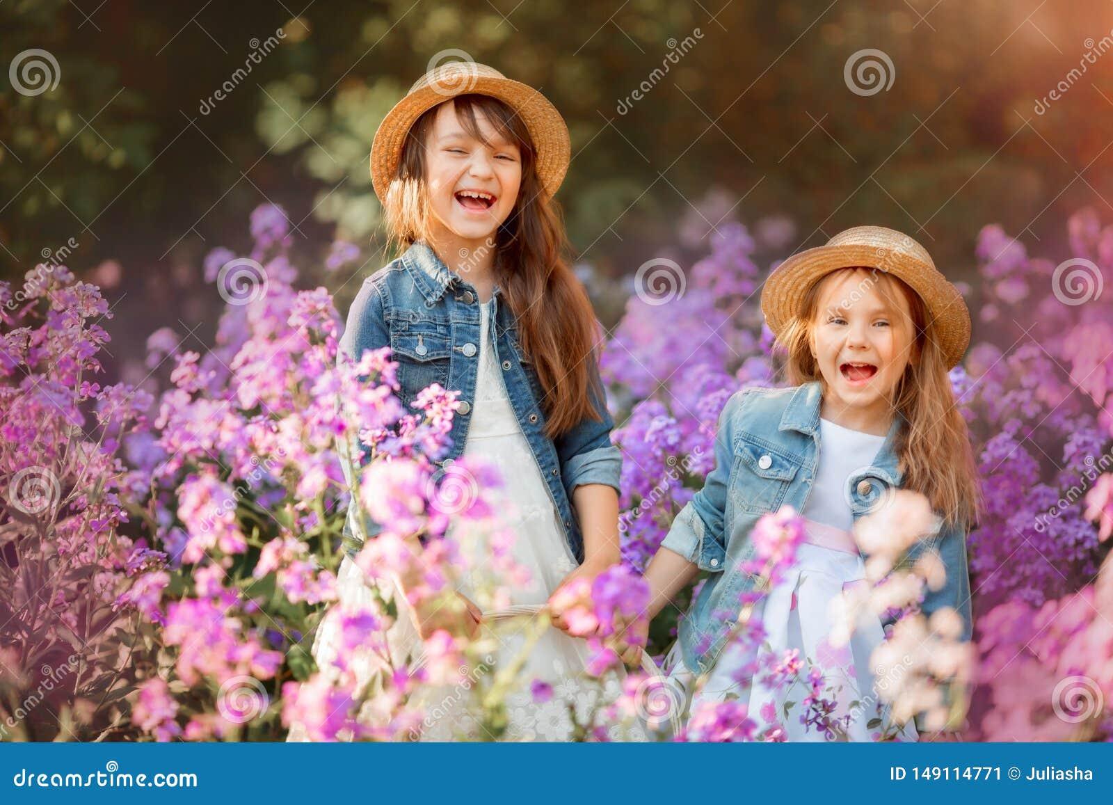 Utomhus- st?ende f?r sm? systrar i en rosa ?ng