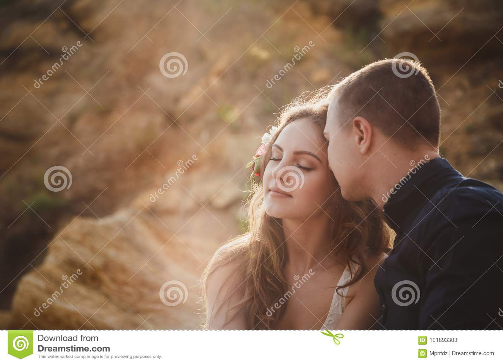 Utomhus- strandbröllopceremoni, slut upp av stilfulla lyckliga romantiska par tillsammans
