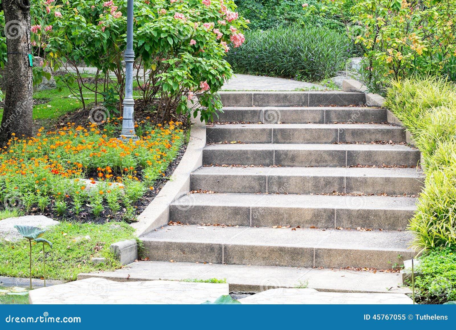 Utomhus  trappa arkivfoto   bild: 45767055