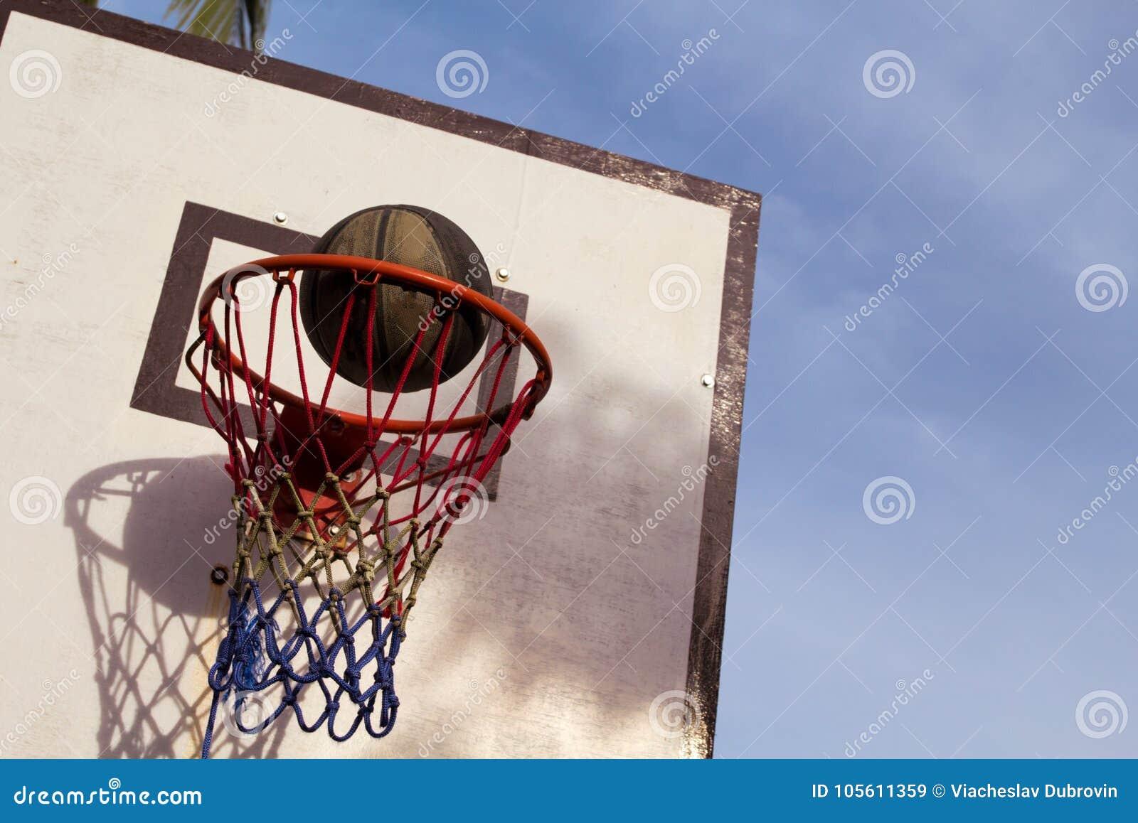 Utomhus- utrustning för basketmatch Korg och boll Exakt bollkast i korg