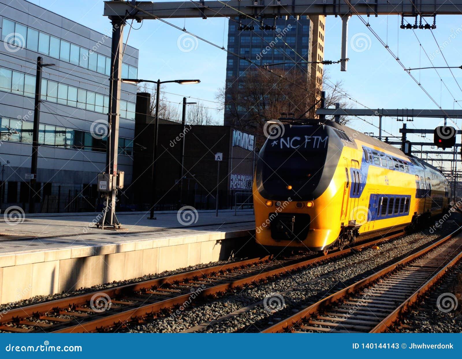 Utrecht, Нидерланд, 15-ое февраля 2019: Междугородний приезжать на платформу на центральном вокзале utrecht, NS