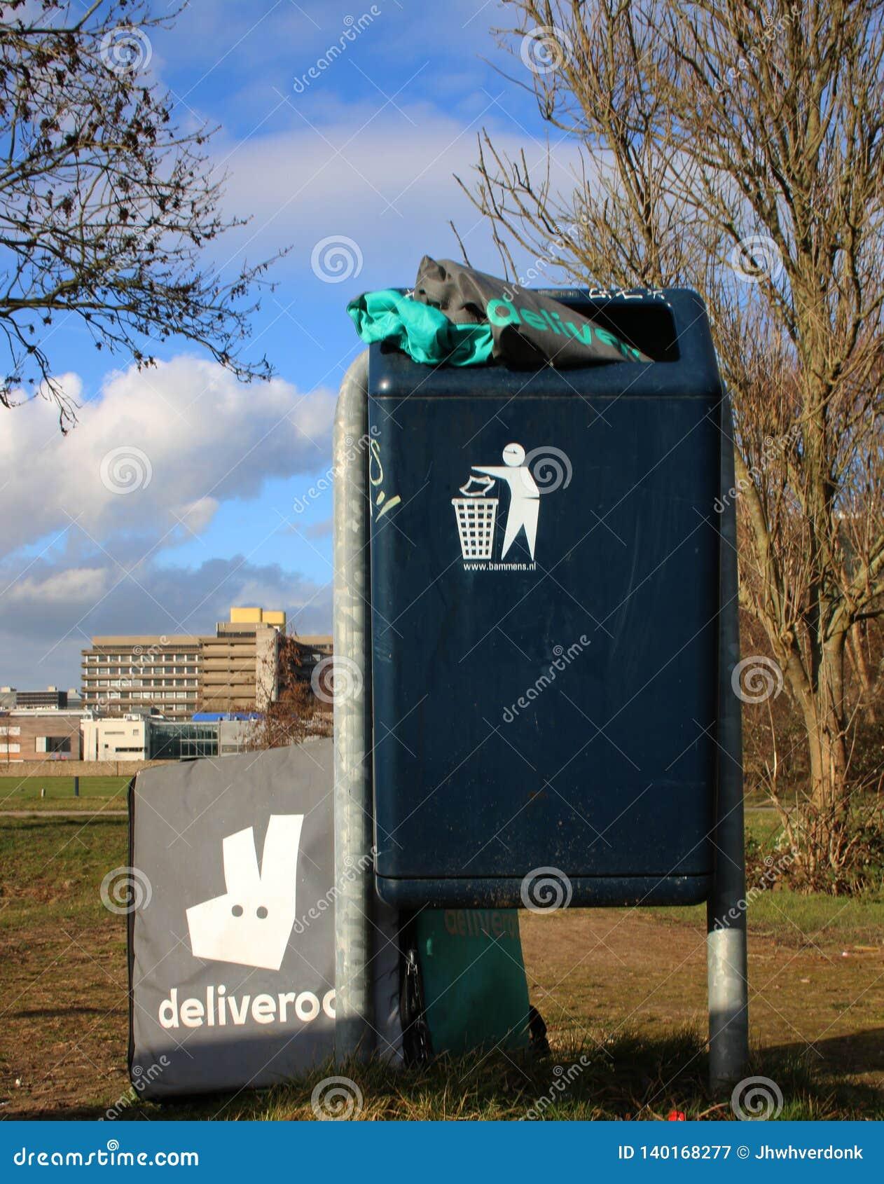 Utrecht, Нидерланд, 19-ое февраля 2019: Шестерня Deliveroo брошенная в погань после забастовки