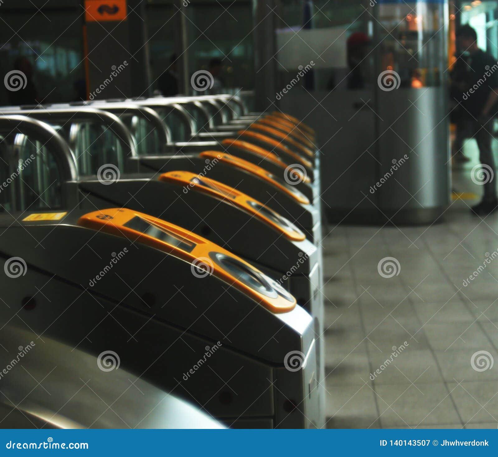 Utrecht, Нидерланд, 15-ое февраля 2019: sideview checkin и заканчивать связь ворота центрального вокзала NS utrecht