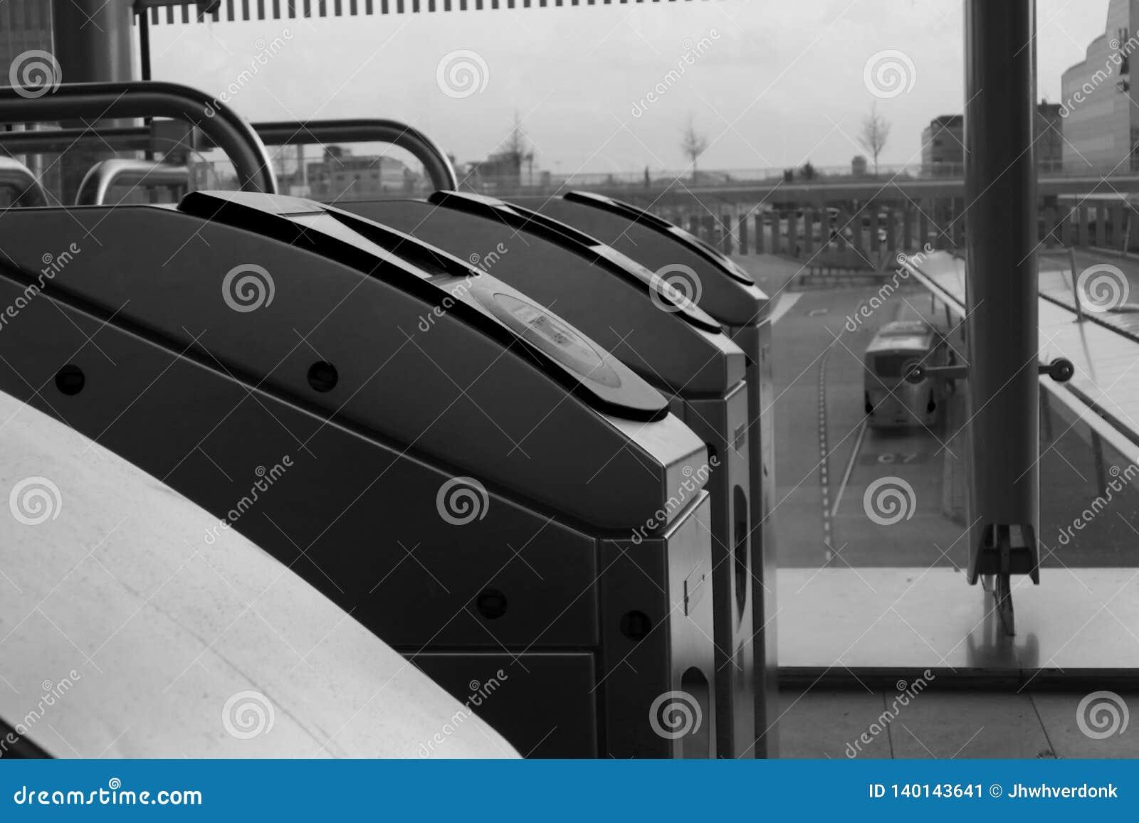 Utrecht, Paesi Bassi, il 15 febbraio 2019: un sideview in bianco e nero dei portoni di registrazione della stazione centrale di N