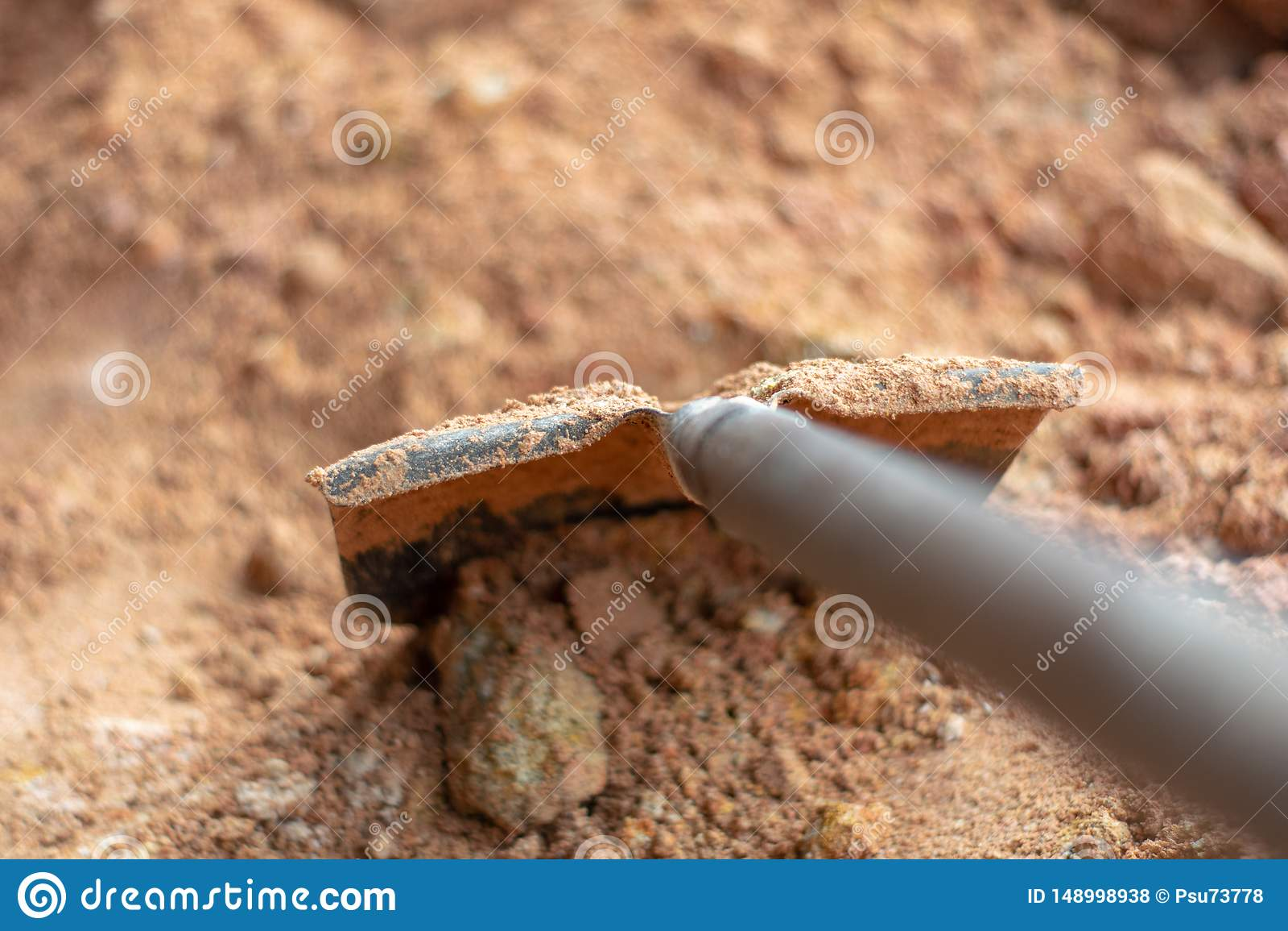 Utrustning f?r att skyffla och att skyffla, brun jord