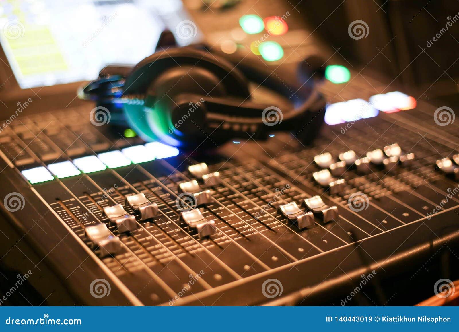 Utrustning för kontroll för solid blandare i studioTV-station, ljudsignal och videoproduktionSwitcher av televisionTV-sändning