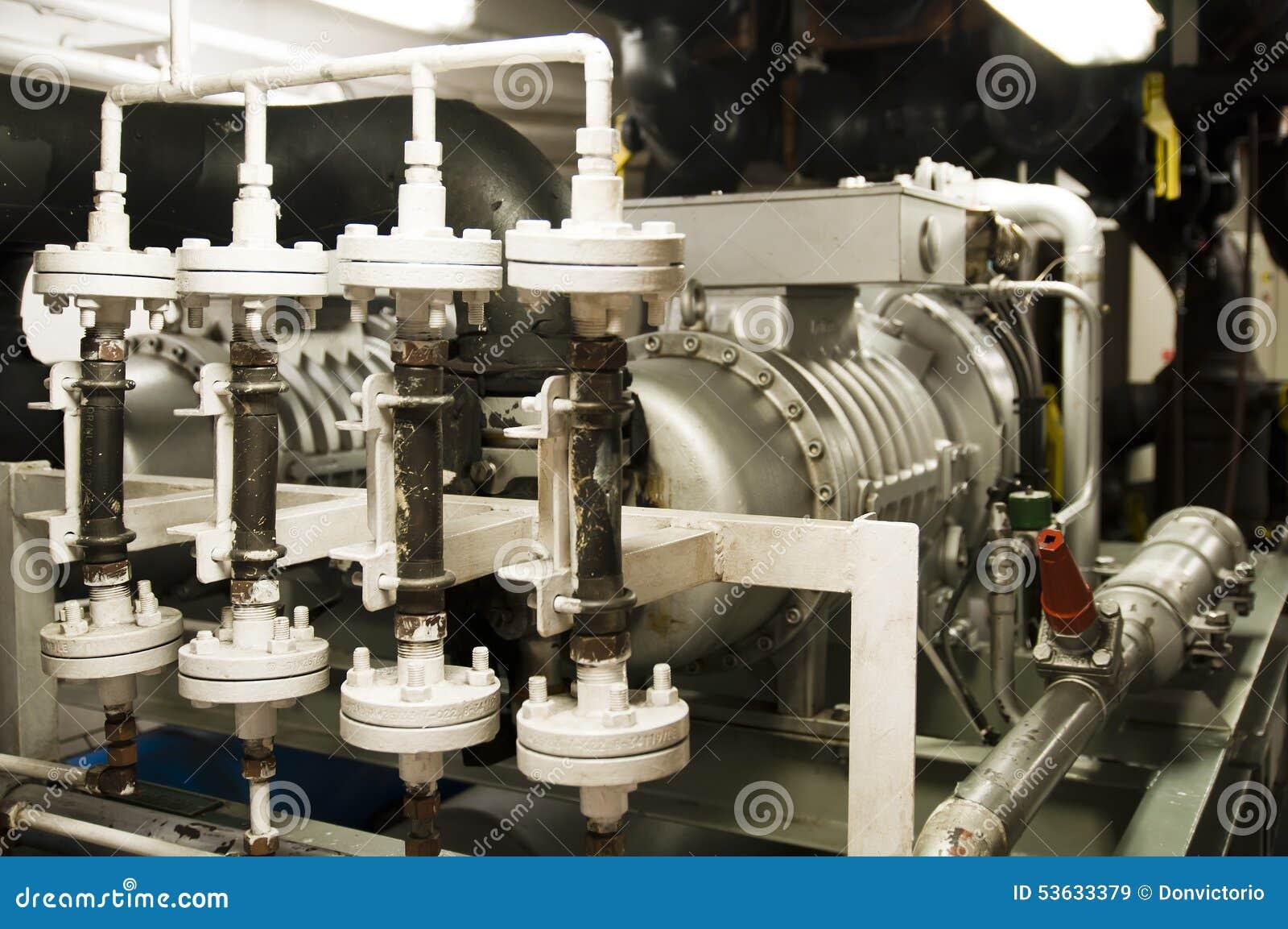 Utrymme för tungt maskineri - rör, ventiler, motorer